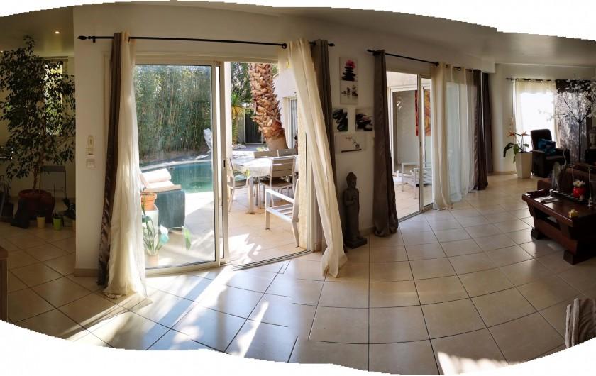Location de vacances - Villa à Le Grau-du-Roi - Cuisine américaine donnant sur le salon.