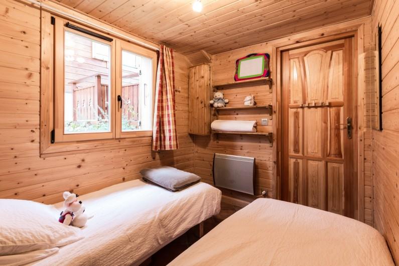 Location de vacances - Chalet à La Joue du Loup - Chalet Sylvaine - Chambre 2 avec 2 lits simples transformables en lit double