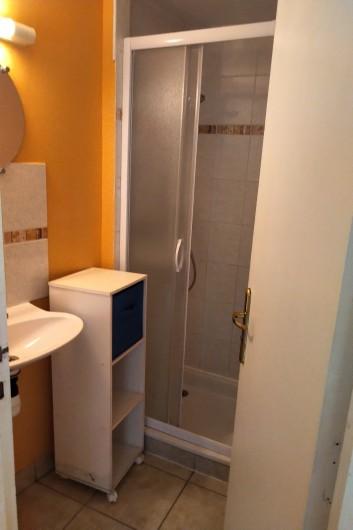 Location de vacances - Gîte à Sainte-Honorine-des-Pertes - Salle d'eau de la chambre du rez de chaussée du Gîte A