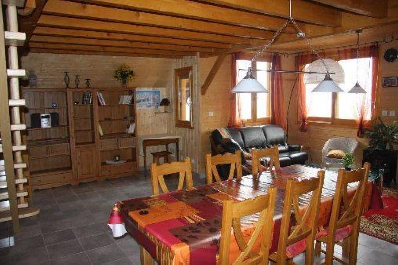 Location de vacances - Chalet à Super Besse - Le séjour et le salon vue du coté cuisine