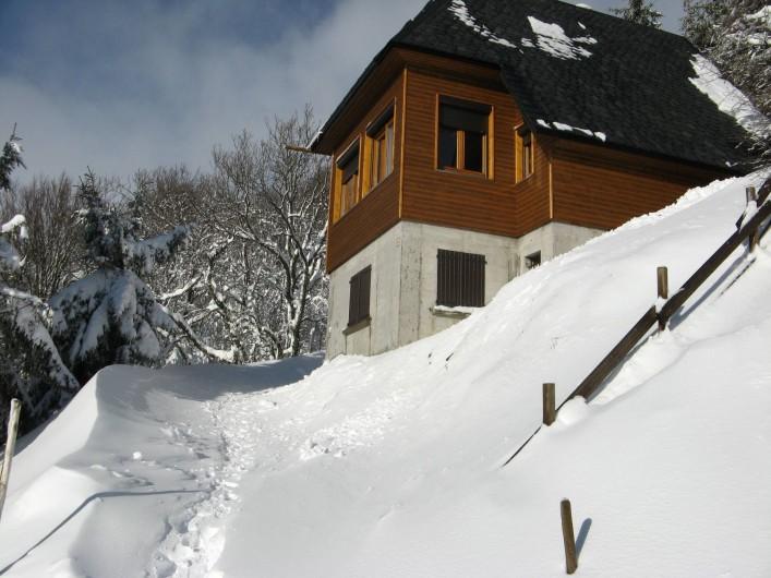 Location de vacances - Chalet à Super Besse - Autre vue du chalet l'hiver