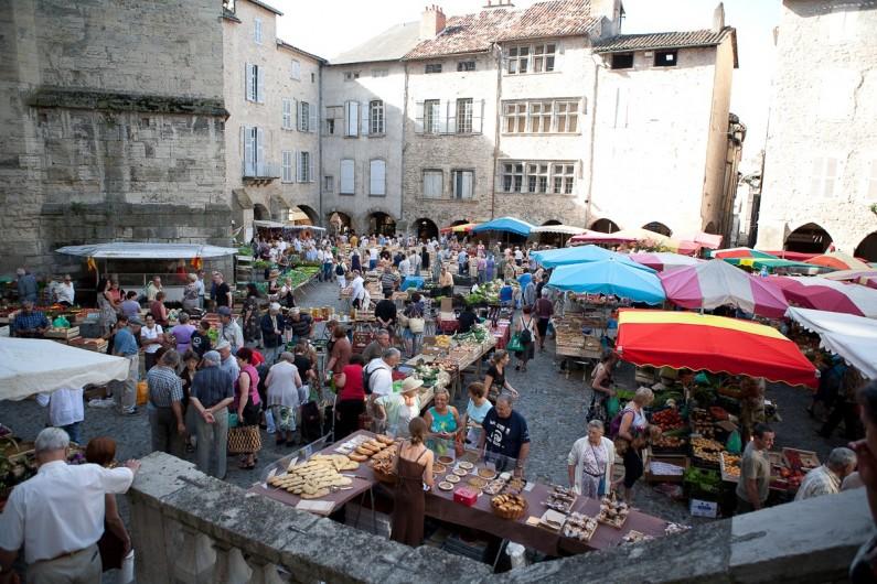 Location de vacances - Chalet à Rieupeyroux - Le marché de Villefranche de Rouergue