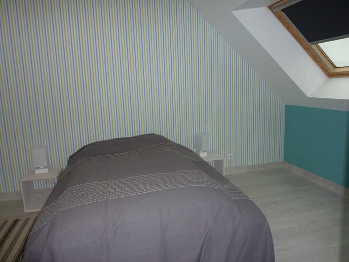 Location de vacances - Gîte à Teurthéville-Hague - Chambre 2 avec 1 lit de 140 (2 personnes)et 1 lit de 90(1 personne)