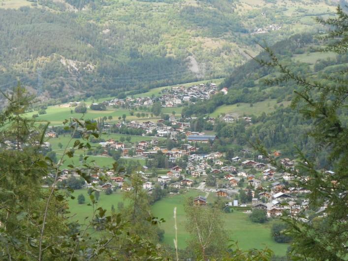 Location de vacances - Appartement à Séez - vue du village lors d'une randonnée sur le chemein des écureuils