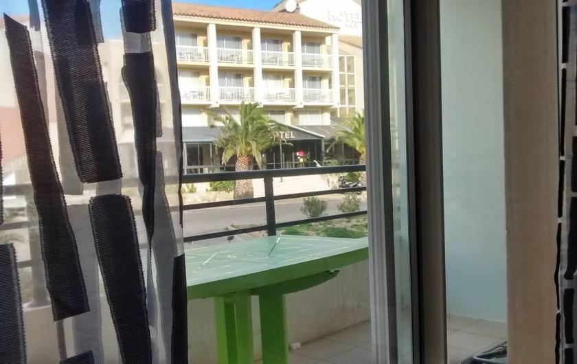 Location de vacances - Appartement à Calvi - terasse vue hotel, idéal prise du petit déjeuné le matin et les repas