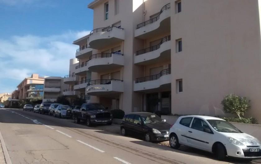 Location de vacances - Appartement à Calvi - entrée principale de la résidence quartier tres calme et résidentiel