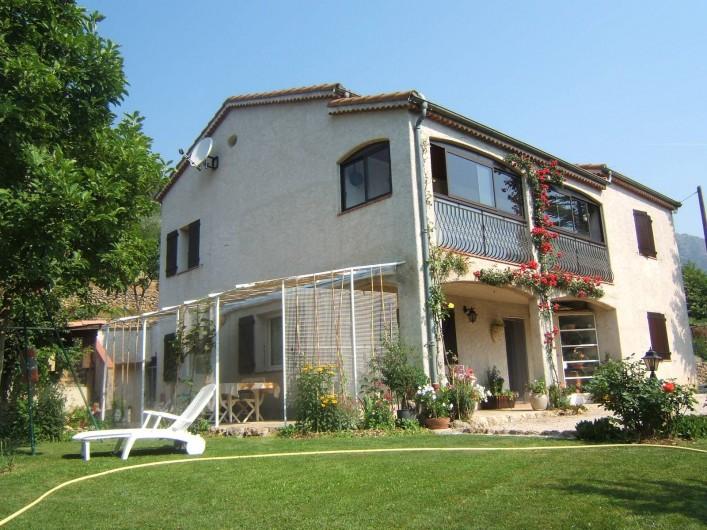 Location de vacances - Appartement à Sospel - La maison et une partie du jardin