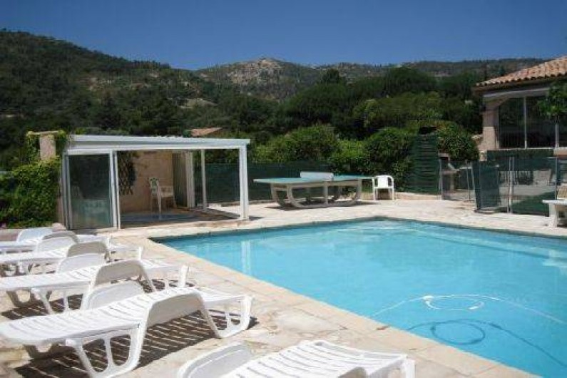 Location de vacances - Villa à Le Plan-de-la-Tour - Vue sur la piscine et le SPA Jaccuzi chauffés solaire, la table de ping pong, l