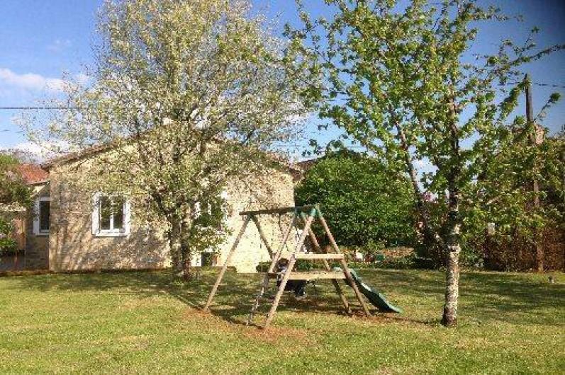Location de vacances - Gîte à Corgnac-sur-l'Isle - Pré attenant au gite avec balançoire et tobogan