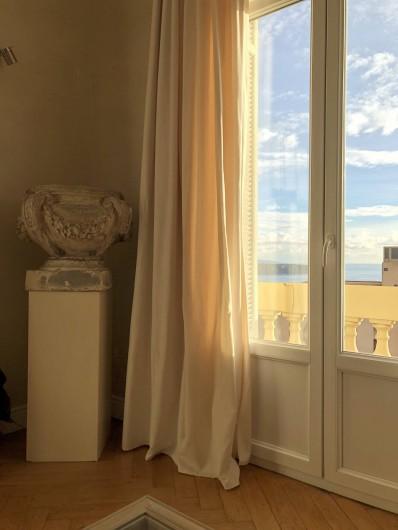 Location de vacances - Appartement à Monaco-Ville - la vue vers la Mer du salon du grand appartement