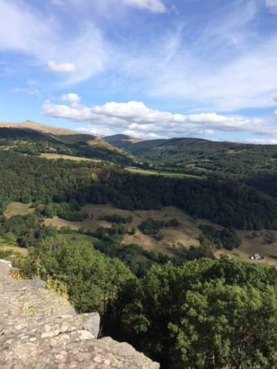 Location de vacances - Maison - Villa à Roumegoux - Vue sur les monts du cantal