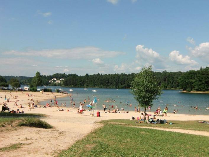 Location de vacances - Maison - Villa à Roumegoux - Plage aménagée au bord du lac de saint étienne cantalès 7 kms