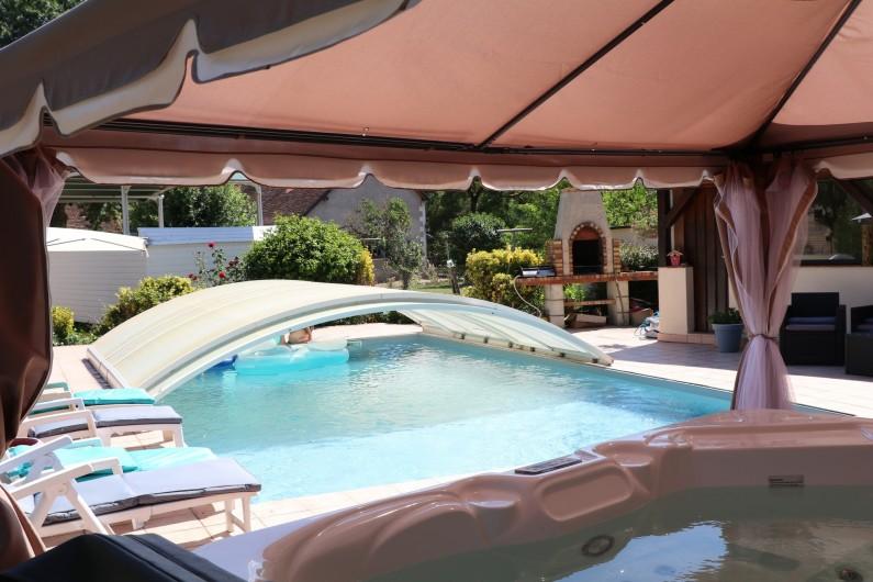 Location de vacances - Appartement à Nazelles-Négron - Piscine vue du jacuzzi