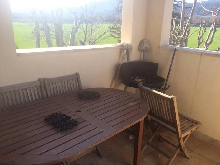 Location de vacances - Appartement à Manosque - La terrasse extérieure du gîte avec la possibilité d'y prendre ses repas.