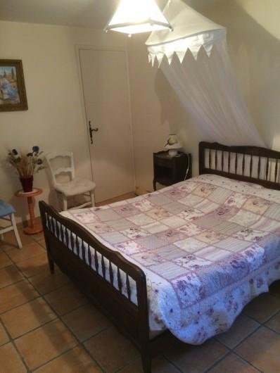 Location de vacances - Appartement à Manosque - La chambre avec couchage double + lit d'enfant.
