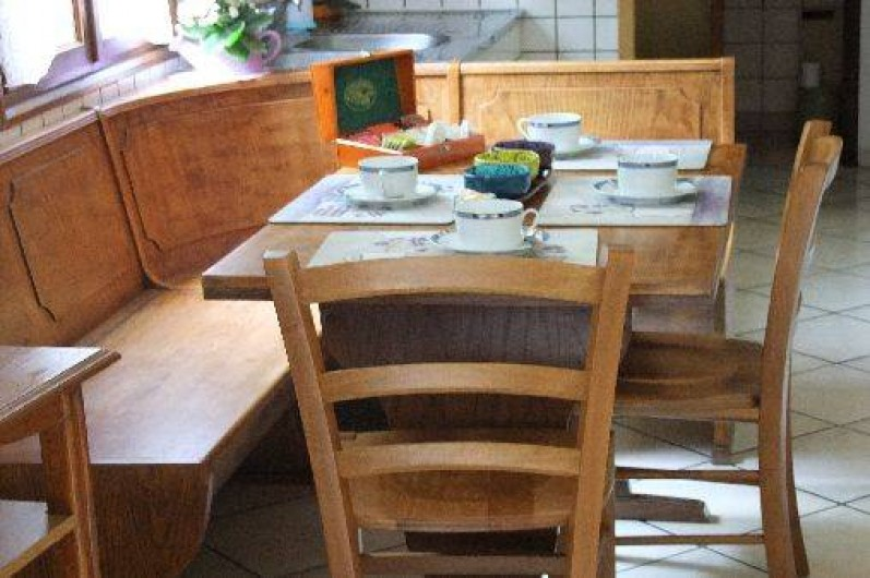 Location de vacances - Chambre d'hôtes à Le Menil - coin repas privatif