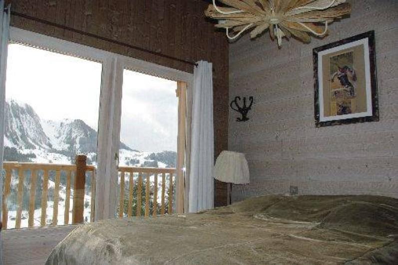 Location de vacances - Chalet à Manigod - Chambre RDC donnant sur balcon  Expo Sud