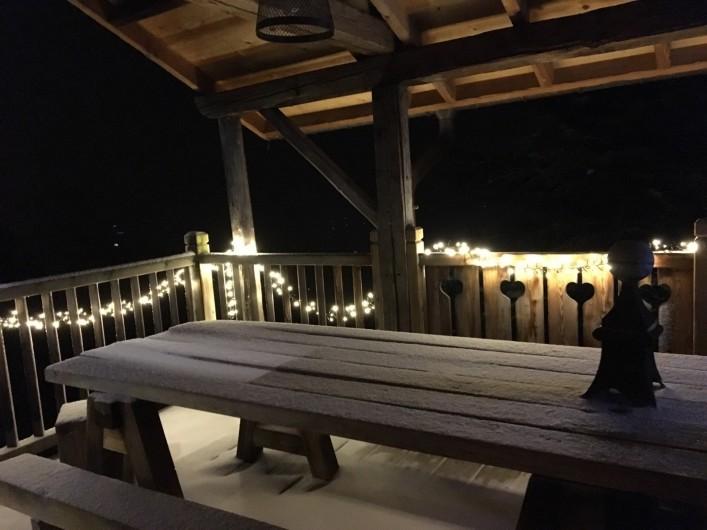 Location de vacances - Chalet à Manigod - Terrasse couverte attenante cuisine et salle à manger