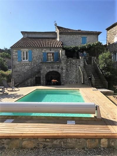 Location de vacances - Gîte à Saint-Alban-Auriolles - vue de la maison, gite à gauche