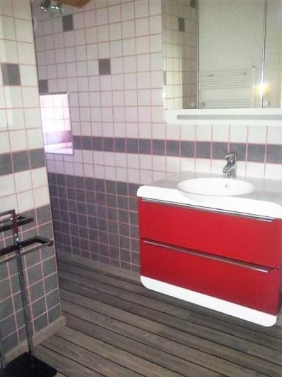 Location de vacances - Gîte à Saint-Alban-Auriolles - salle d'eau à l'étage
