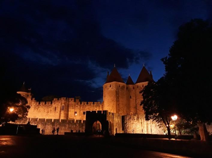 """Location de vacances - Chambre d'hôtes à Saint-Martin-le-Vieil - La Cité de Carcassonne """"by night"""""""