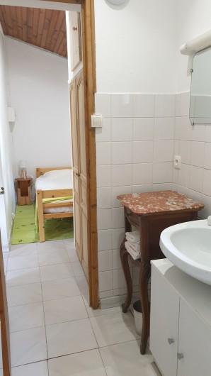 Location de vacances - Chambre d'hôtes à Saint-Martin-le-Vieil - SDB et chambre gîte Le Verger de Villelongue
