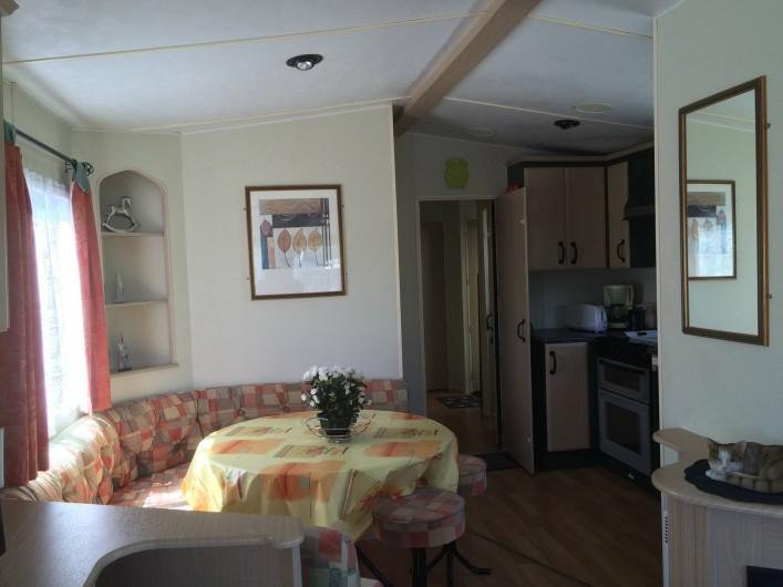 Location de vacances - Bungalow - Mobilhome à Les Mathes - séjour / salle à manger donnant sur cuisine américaine