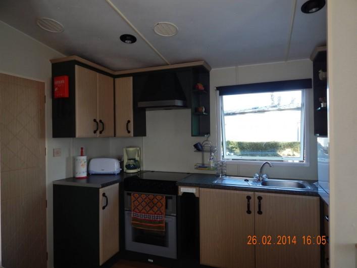 Location de vacances - Bungalow - Mobilhome à Les Mathes - cuisine américaine avec lave vaisselle - accès direct terrasse p/seconde porte