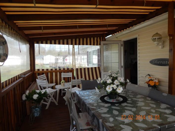 Location de vacances - Bungalow - Mobilhome à Les Mathes - terrasse couverte/fermée de 22m2 avec meuble lave linge, plancha électrique...