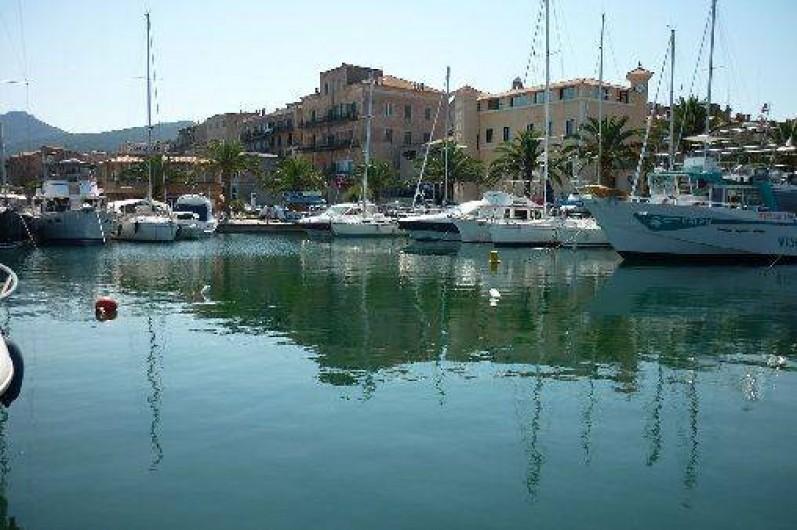 Location de vacances - Appartement à Propriano - port de plaisance de Propriano  et l'hôtel de ville  en arrière plan