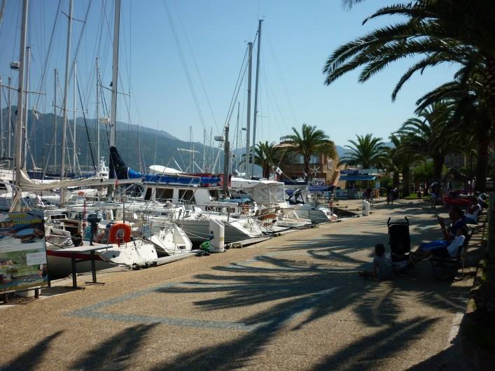 Location de vacances - Appartement à Propriano - promenade le long du port de plaisance