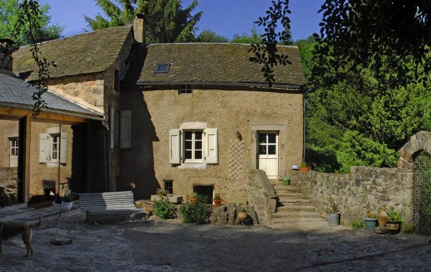 Location de vacances - Chambre d'hôtes à Saint-Laurent-de-Lévézou - Vue de la chambre du Jardin