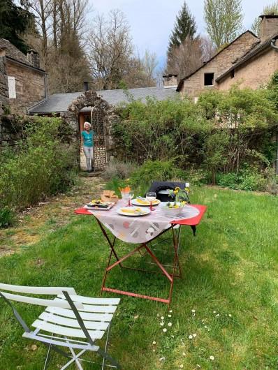Location de vacances - Chambre d'hôtes à Saint-Laurent-de-Lévézou - Table d'hôtes au jardin