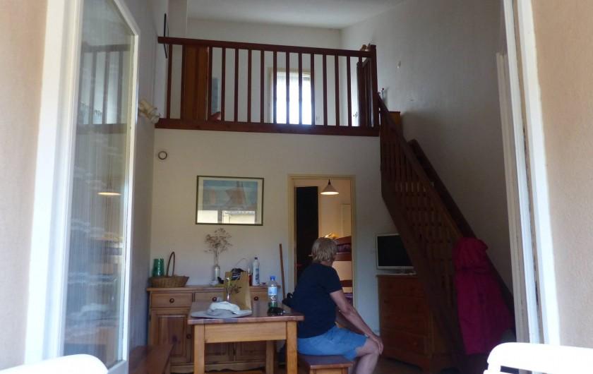 Location de vacances - Appartement à Hyères - Vue de la terrasse sur le séjour et la chambre double.