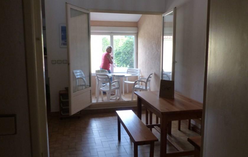 Location de vacances - Appartement à Hyères - Le séjour et vue sur la petite terrasse fermée.