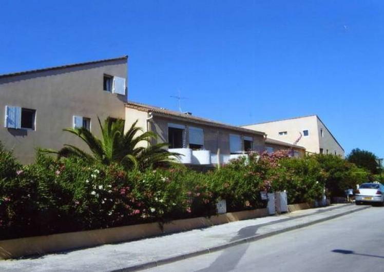 Location de vacances - Appartement à Hyères - Résidence Le Saint Nicolas On aperçoit notre fenêtre au milieu de la façade.