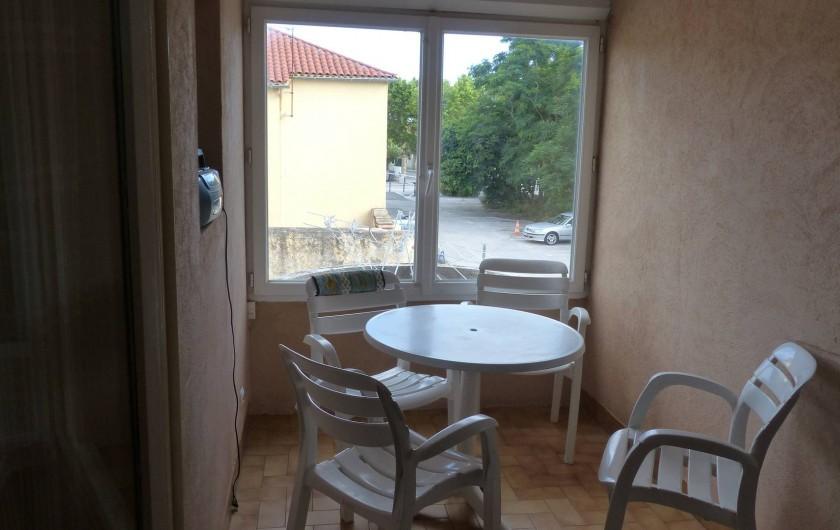 Location de vacances - Appartement à Hyères - La terrasse fermée avec vue sur le parking privé  et le centre du village