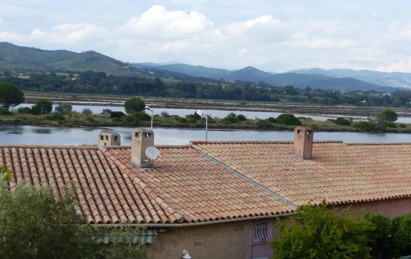 Location de vacances - Appartement à Hyères - Vue de la chambre sur le Parc Nature et Bormes les Mimosas.
