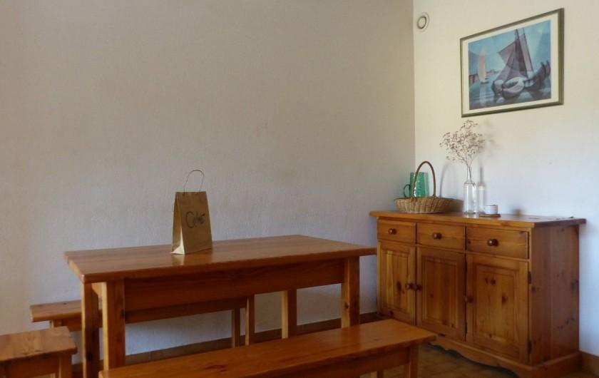 Location de vacances - Appartement à Hyères - Le séjour : table pour 6 , buffet   et meuble avec TV