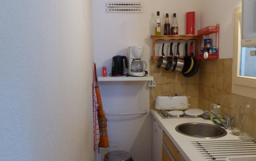 Location de vacances - Appartement à Hyères - Cuisine  avec 2 plaques électriques, 1 four, 1micro-ondes...