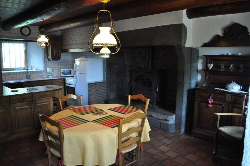Location de vacances - Gîte à Saint-Flour - coin repas avec cheminée