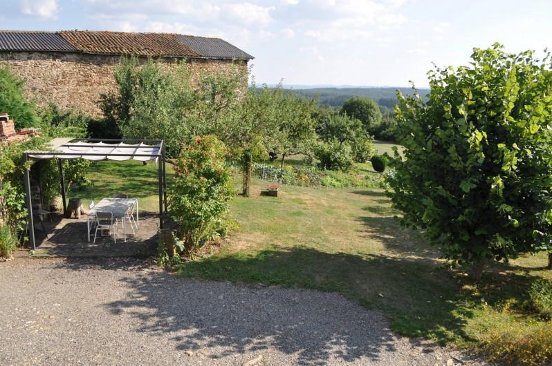 Location de vacances - Gîte à Saint-Flour - vue terrasse et jardin