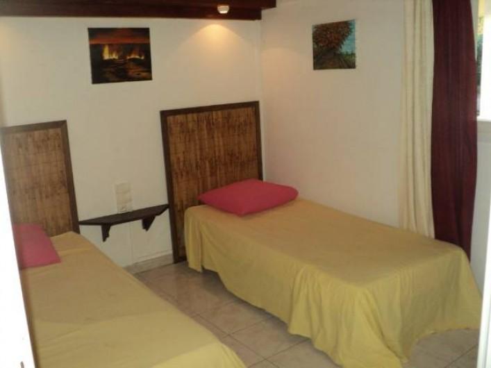 Location de vacances - Gîte à Bois De Nèfles - Chambre 2 = 2 lits 90X190 + armoire
