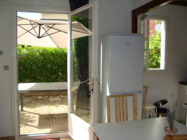 Location de vacances - Appartement à Marseillan - Vue sur terrasse du salon