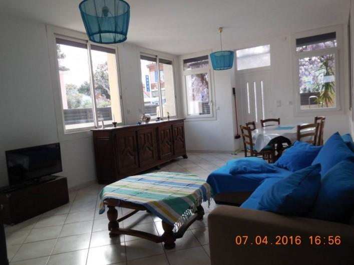 Location de vacances - Villa à Argelès Plage - le séjour comprend divan télèvision et table pour 6 personnes