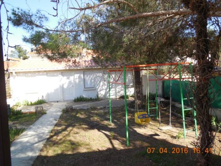 Location de vacances - Villa à Argelès Plage - jardin avec balançoire