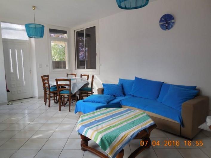 Location de vacances - Villa à Argelès Plage - Séjour pièce trés éclairée comprenant 5 fenêtres