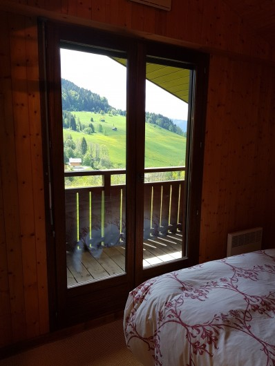 Location de vacances - Appartement à Le Grand-Bornand - Chambre des parents avec son balcon privatif 2/2