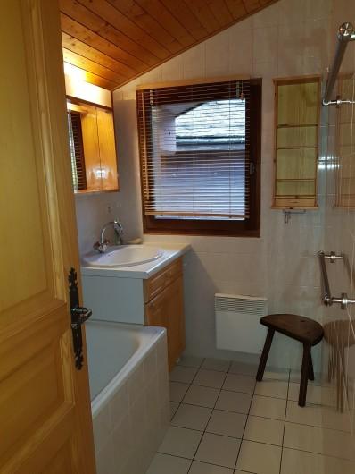 Location de vacances - Appartement à Le Grand-Bornand - Salle de bain à l' étage des chambres