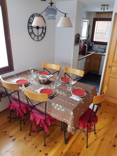 Location de vacances - Appartement à Le Grand-Bornand - Salle à Manger 1/2